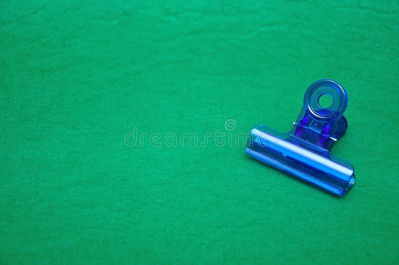 一个蓝色塑料弹簧夹 库存图片