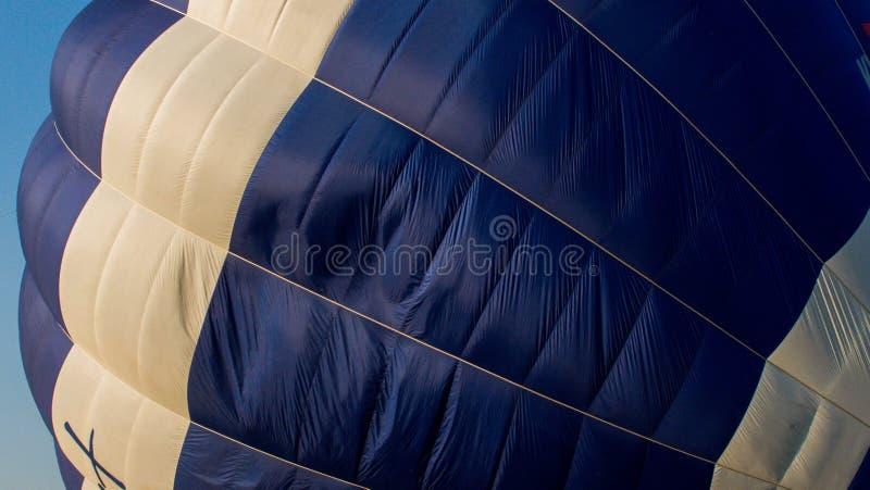 一个蓝色热空气气球的特写镜头 免版税库存图片