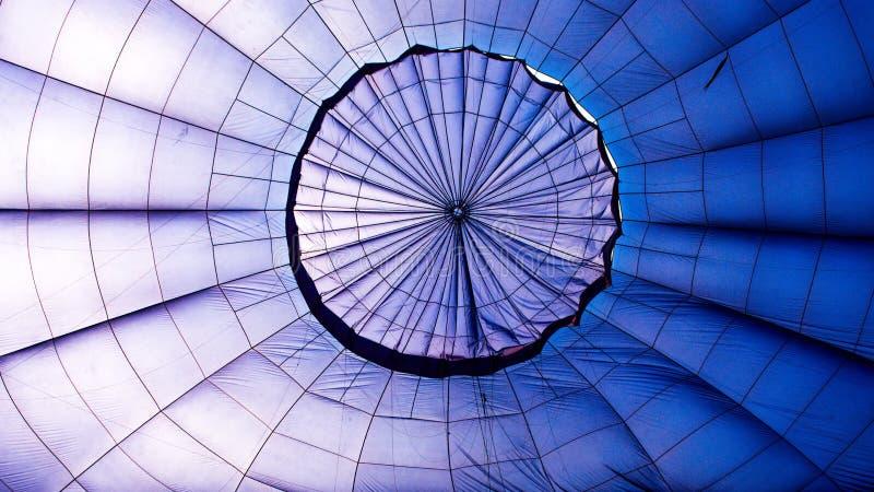 一个蓝色热空气气球的里面的特写镜头 免版税库存照片
