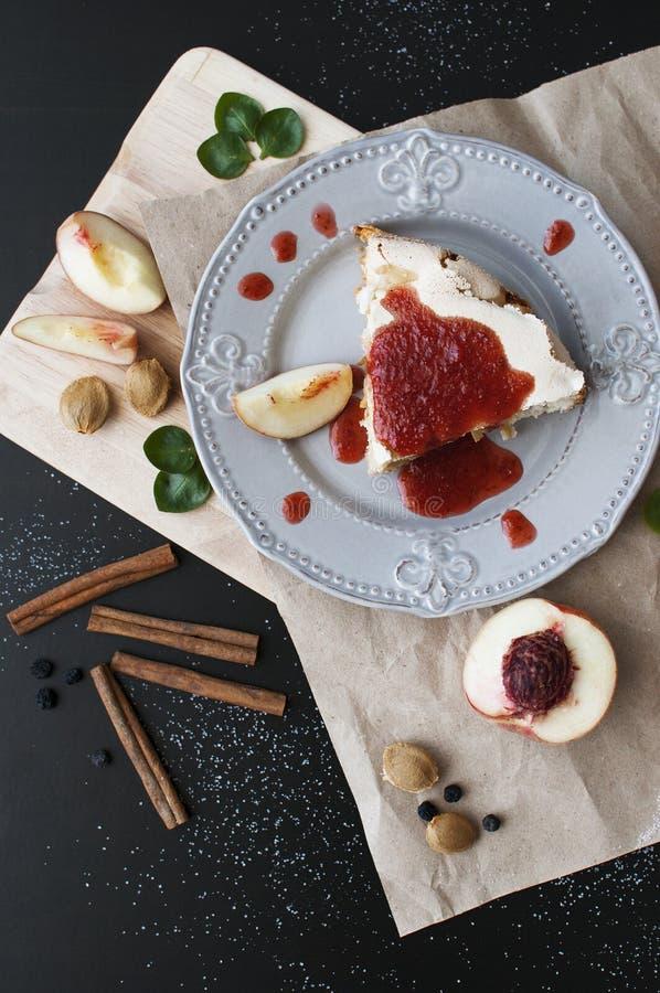 一个蛋糕用桃子 图库摄影