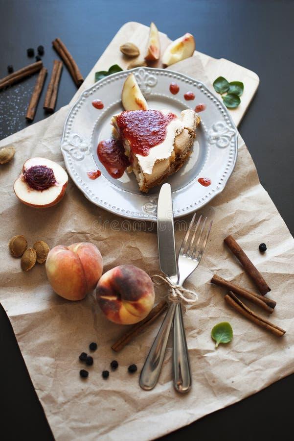 一个蛋糕用桃子 免版税图库摄影