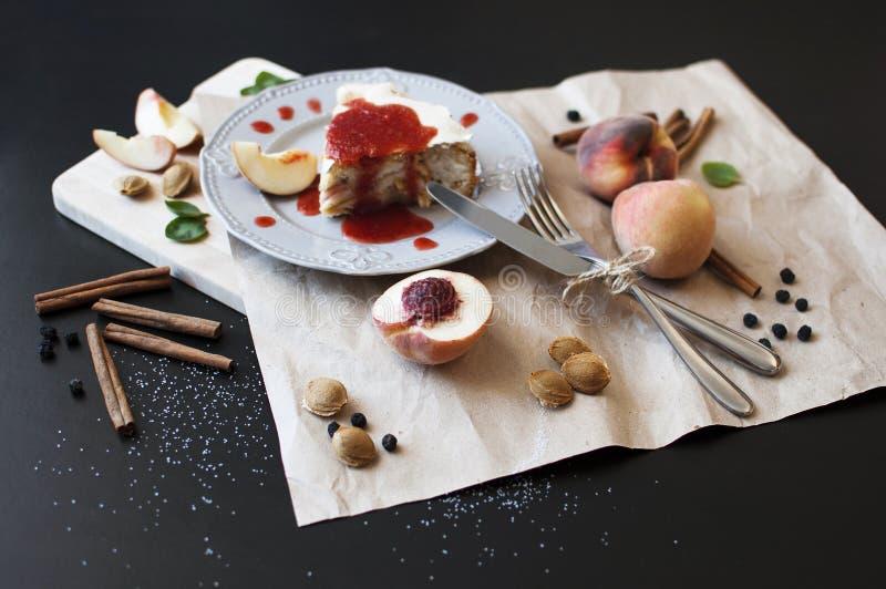 一个蛋糕用桃子 库存照片