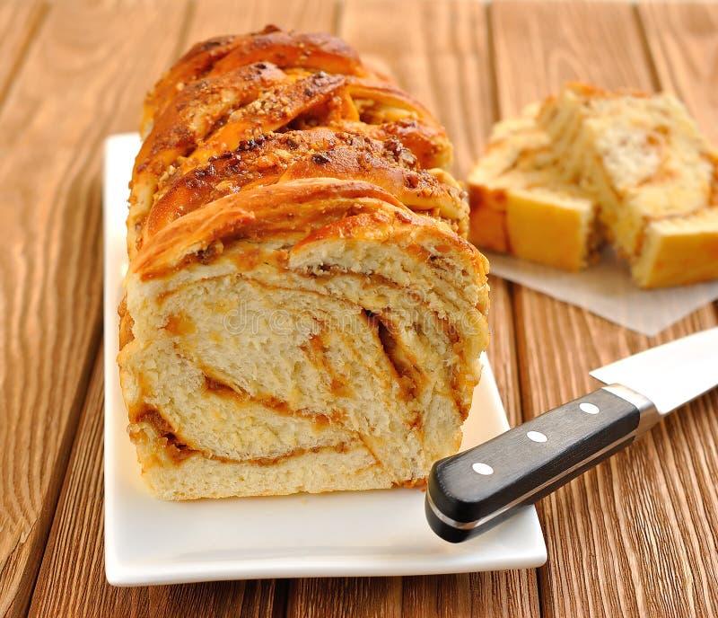 一个蛋糕用焦糖和螺母 免版税库存照片
