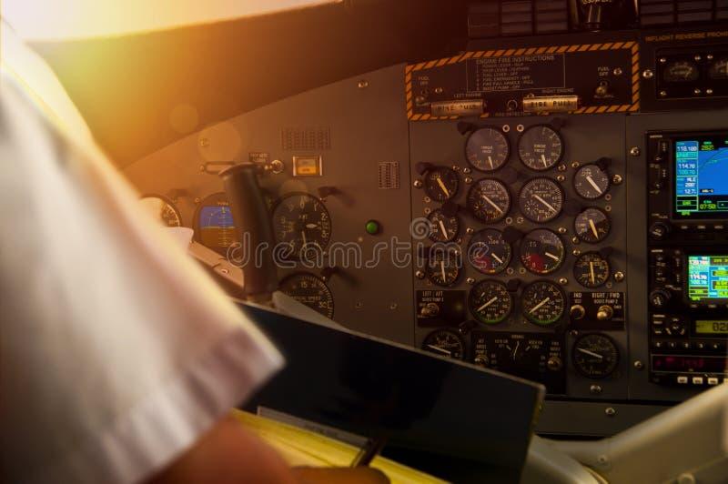 一个螺旋桨推进式飞机的驾驶舱在飞行中在日落期间 库存照片
