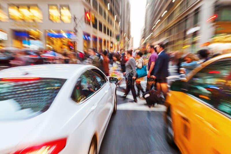 一个街道场面的徒升图片与横穿人的在曼哈顿,纽约 库存照片