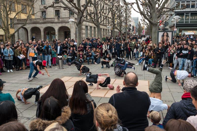 一个街道青年舞蹈小组的表现在中央历史街道Koenigstrasse国王Street的 图库摄影