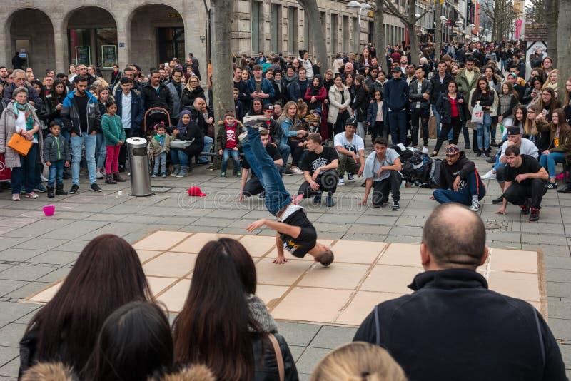 一个街道青年舞蹈小组的表现在中央历史街道Koenigstrasse国王Street的 免版税库存图片