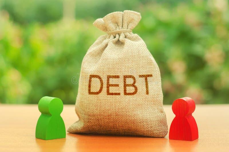 一个袋子以题字债务站立在人之间两个图  在两个人之间的Unclosed义务,财政或道德 图库摄影