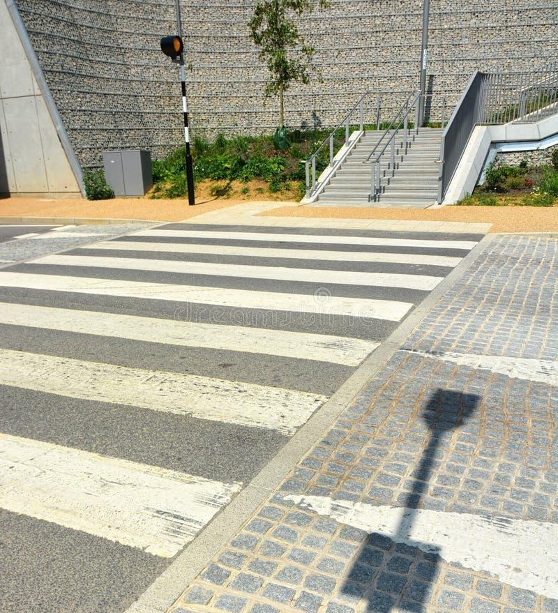 一个被上升的斑马交点 交通镇定的措施 免版税库存图片