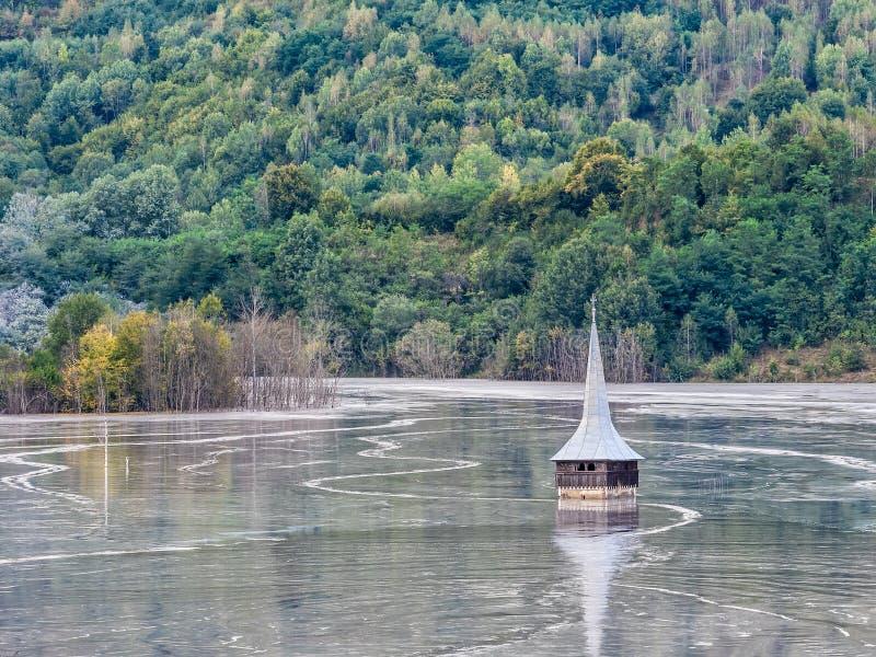 一个被充斥的教会的风景含毒物的污染了湖由于铜采矿 免版税库存照片