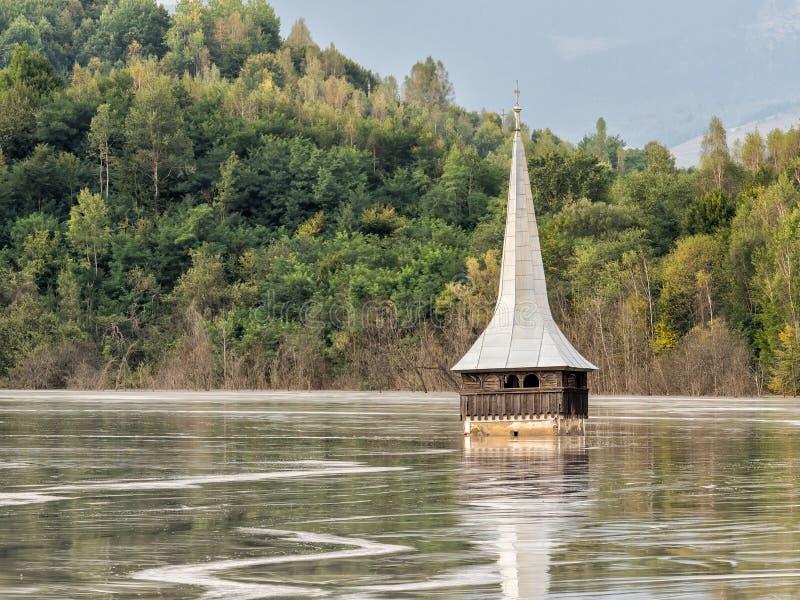 一个被充斥的教会的风景含毒物的污染了湖由于铜采矿 免版税图库摄影