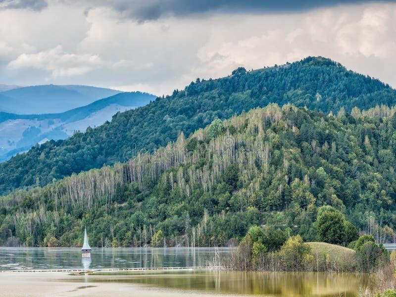 一个被充斥的教会的风景含毒物的污染了湖由于铜采矿 库存照片