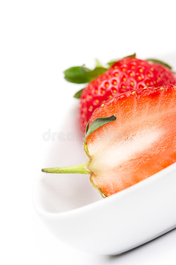 一个被对分的新鲜的成熟草莓的特写镜头 免版税库存照片