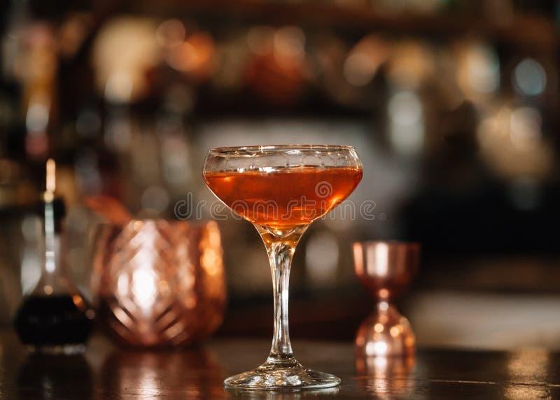 一个被手工造的专业褐色酒鸡尾酒 免版税图库摄影