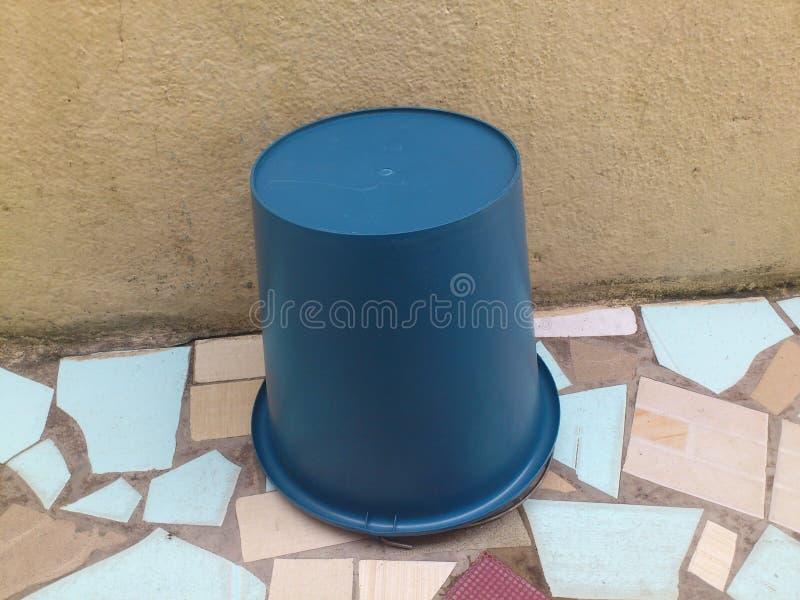 一个被扭转的桶 库存图片