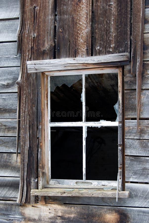一个被放弃的大厦的老残破的木窗口 库存图片