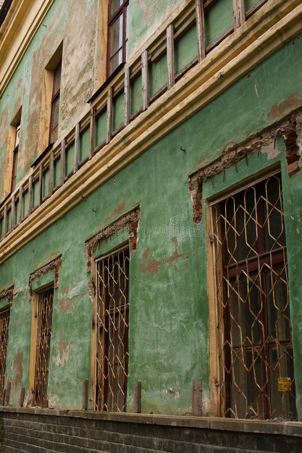 一个被放弃的大厦的老绿色破旧的墙壁 库存照片