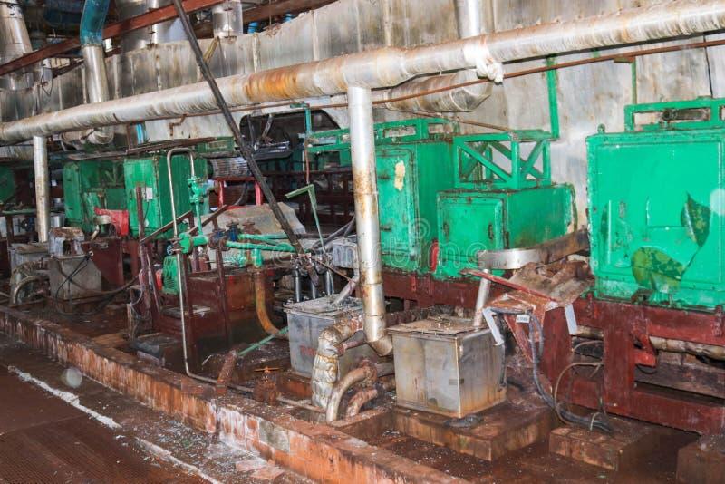 一个被放弃的工业过时化学制品石油化学的工程的精炼厂的老生锈的闭合的剥的商店有金属铁管子的 免版税图库摄影