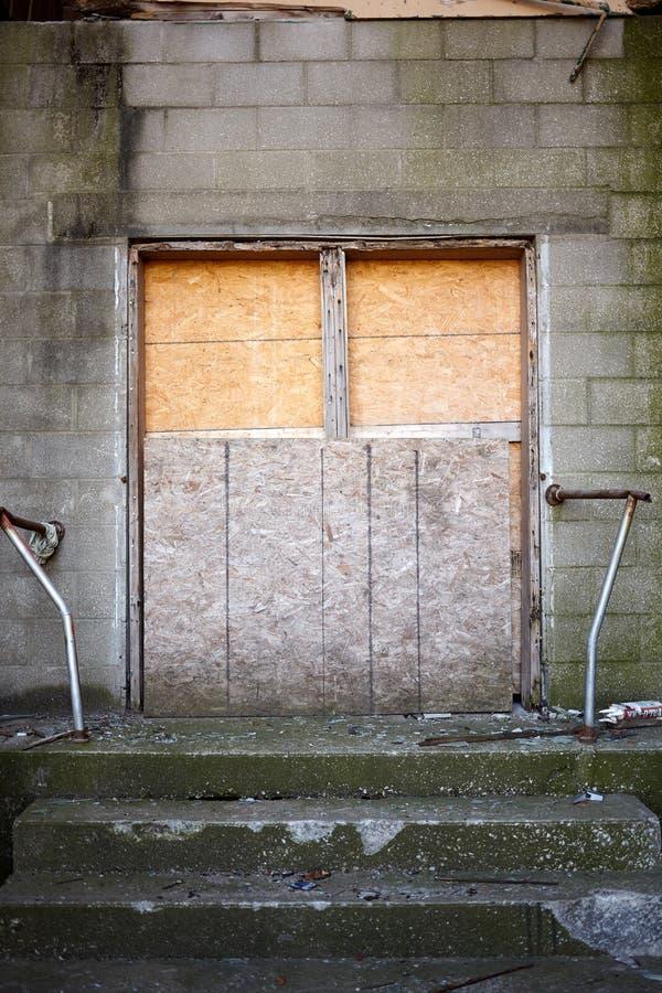 一个被放弃的或未完成的大厦的入口 库存图片