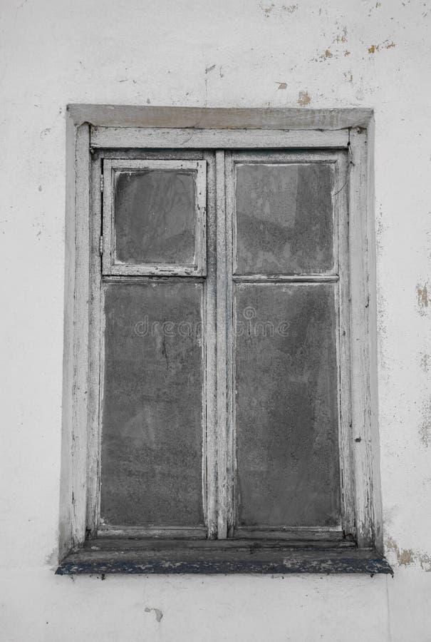 一个被放弃的房子的老窗口 免版税库存照片