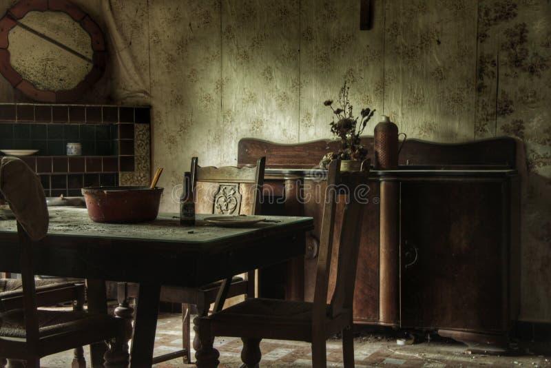 一个被放弃的房子的老餐厅 免版税库存图片