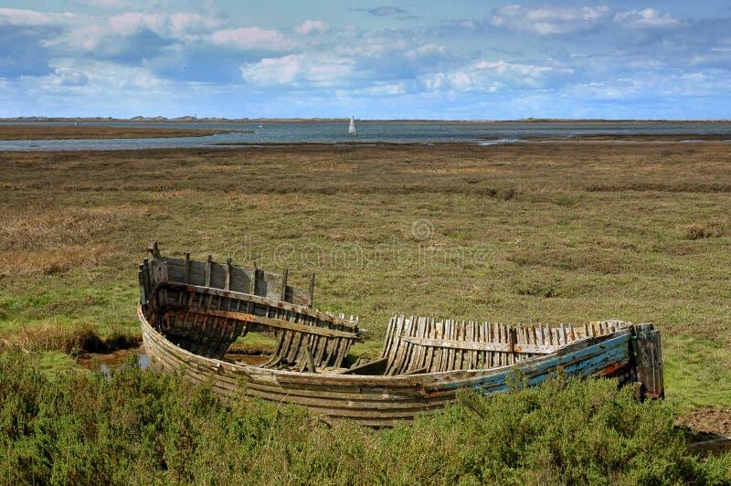 一个被放弃的渔船的击毁在Blakeney沼泽的 免版税库存图片