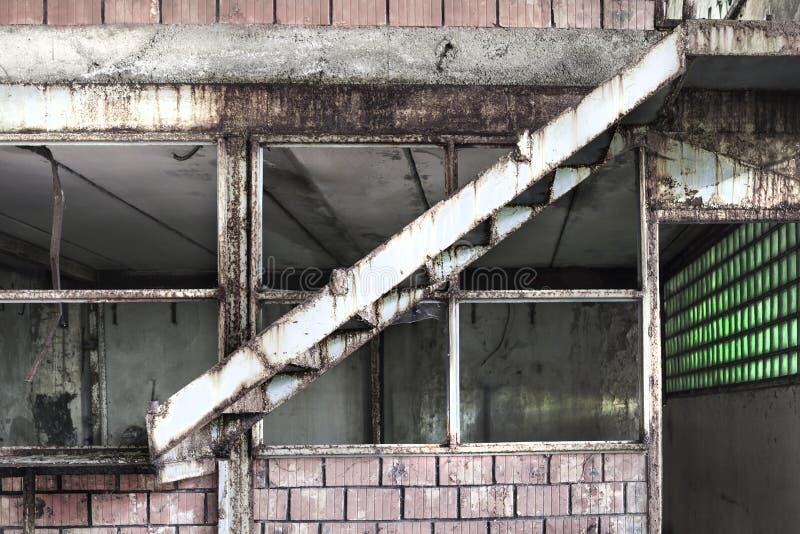 一个被放弃的生产大厅的内部的细节在Tarni 免版税库存图片