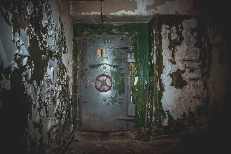 一个被放弃的苏联防空洞,冷战的回声的密封门 库存照片