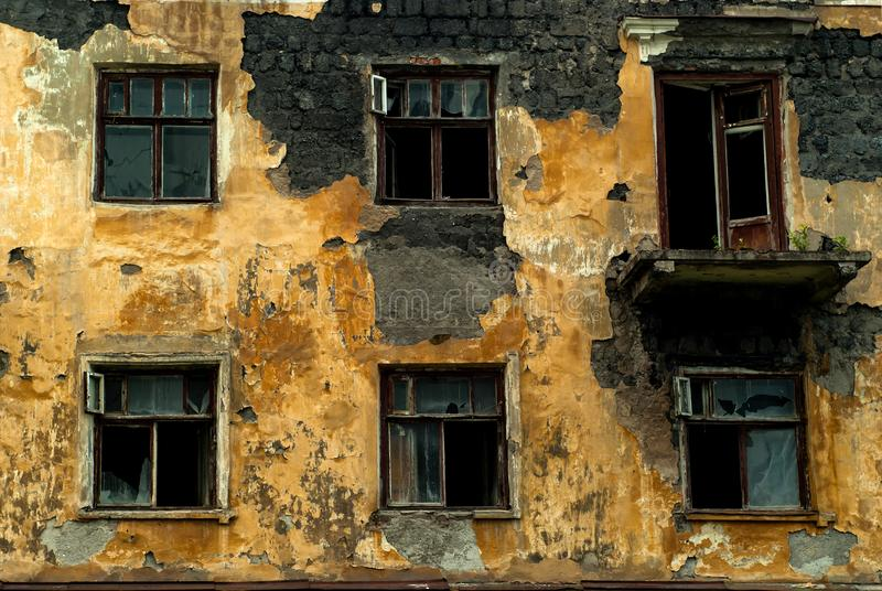 一个被放弃的被毁坏的老大厦的墙壁 库存图片