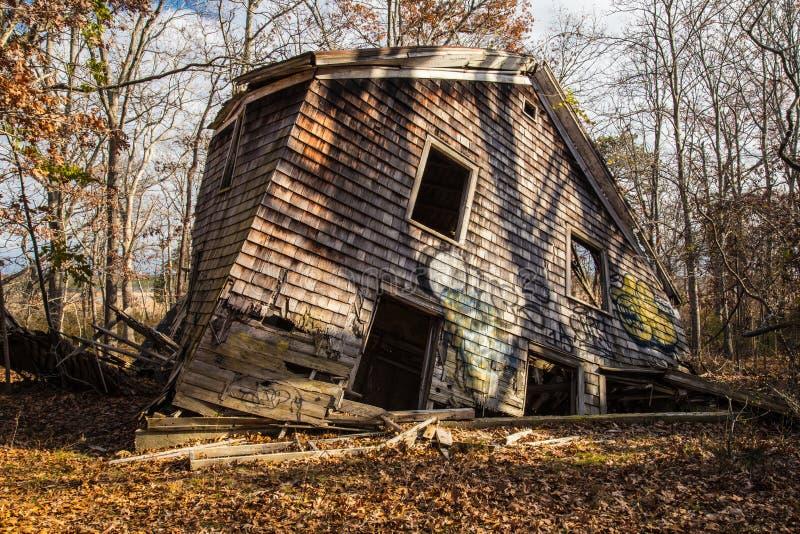 一个被毁坏的家在森林,下陷港口,纽约 免版税库存照片