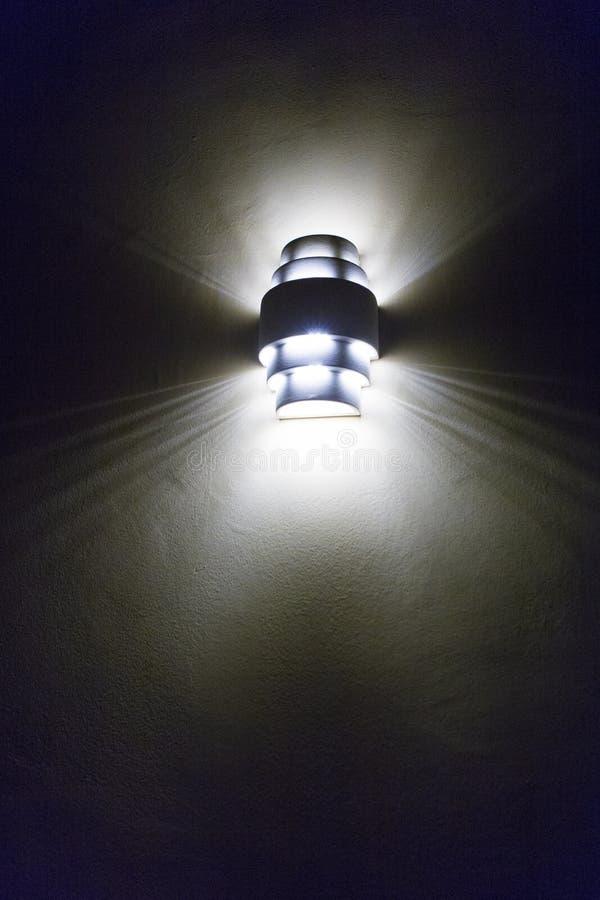 一个被点燃的壁灯的夜视图 库存照片