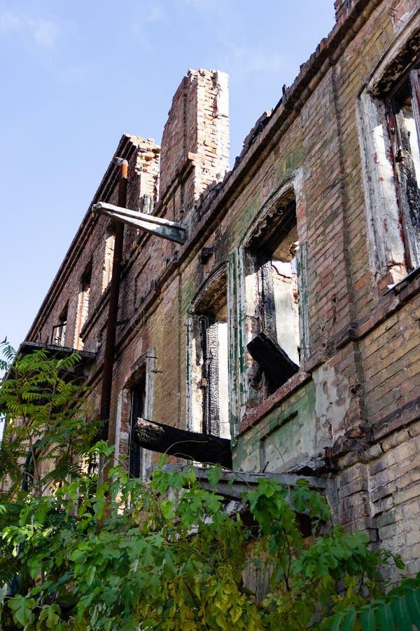 一个被烧的下来古老房子的废墟 Dnipro,乌克兰,2018年11月 免版税库存图片
