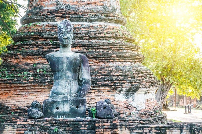 一个被破坏的菩萨雕象保持菩萨图象在Wat Phra Si Sanphet 老佛教废墟在阿尤特拉利夫雷斯,泰国, 免版税图库摄影