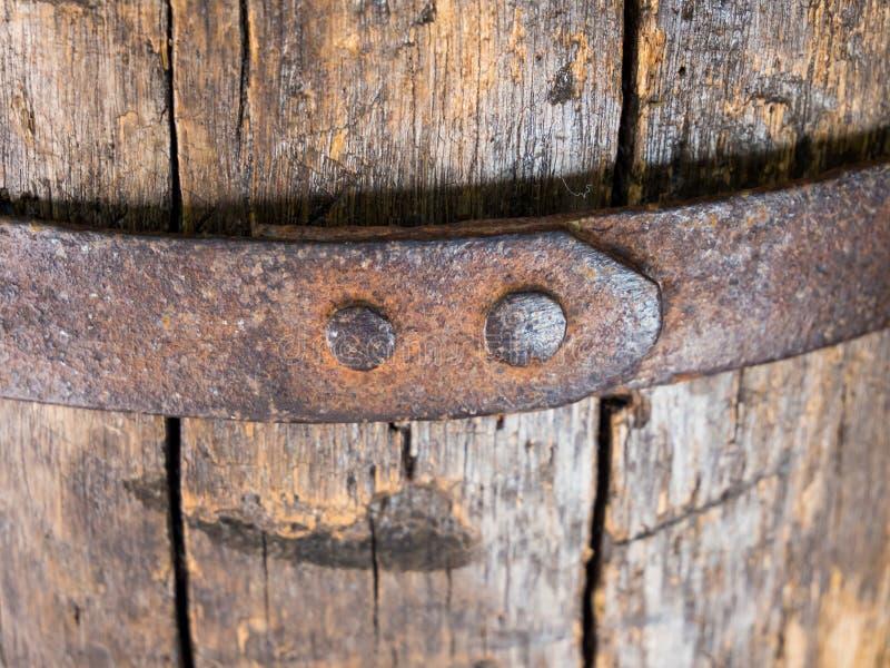 一个被铆牢的金属箍的片段在老木桶的 免版税库存图片