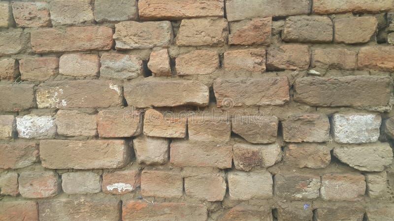 一个被风化的老外部砖墙的背景在阳光下 免版税图库摄影
