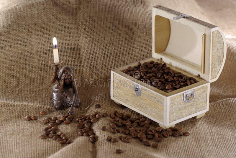 一个装饰箱子的照片用在麻袋布的咖啡豆 免版税库存照片