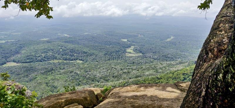 一个谷的小山顶视图在季风云彩下的在乌塔卡蒙德,印度 免版税库存照片