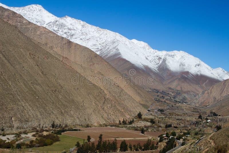 一个谷的看法从山的顶端在Pisco Elqui,智利 库存图片