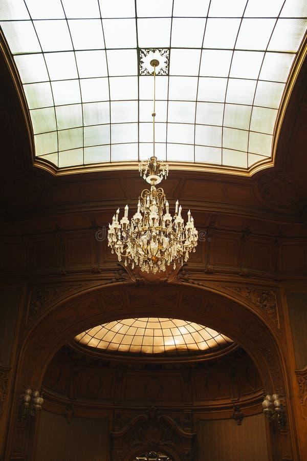 一个豪宅的霍尔与一块高半球形的天花板 与格子纹理的玻璃窗 豪华枝形吊灯 富有的巴洛克式的内部 库存照片
