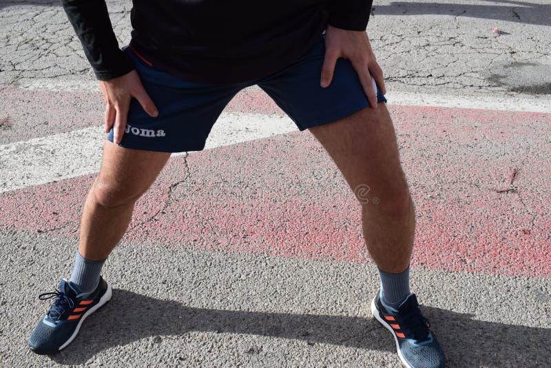 一个赛跑者的腿在比赛结束时 免版税图库摄影