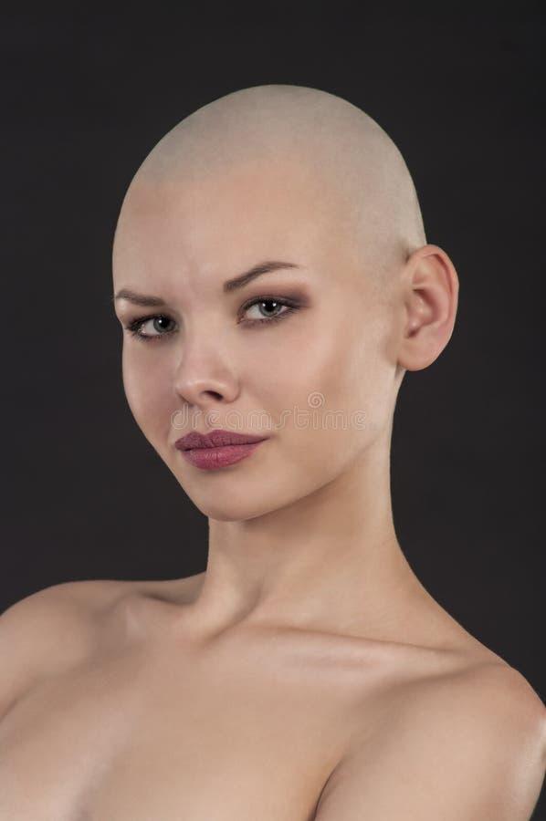 一个赤裸女孩的情感画象刮了秃头 图库摄影
