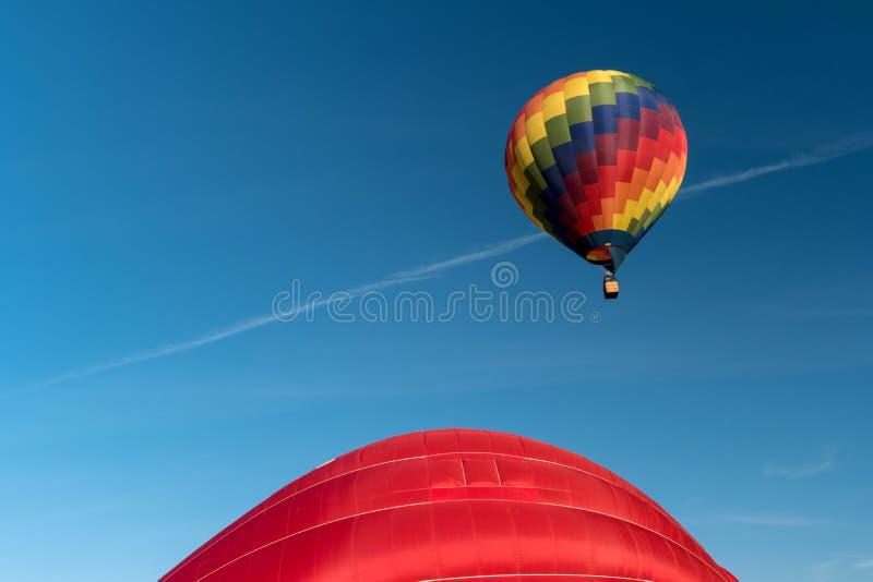 一个起动的五颜六色的热空气气球 免版税图库摄影