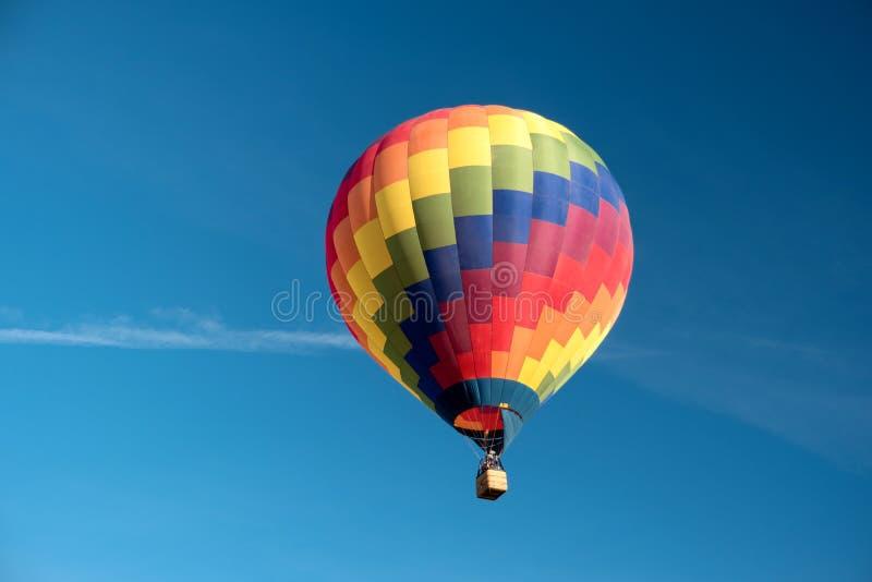一个起动的五颜六色的热空气气球 库存图片