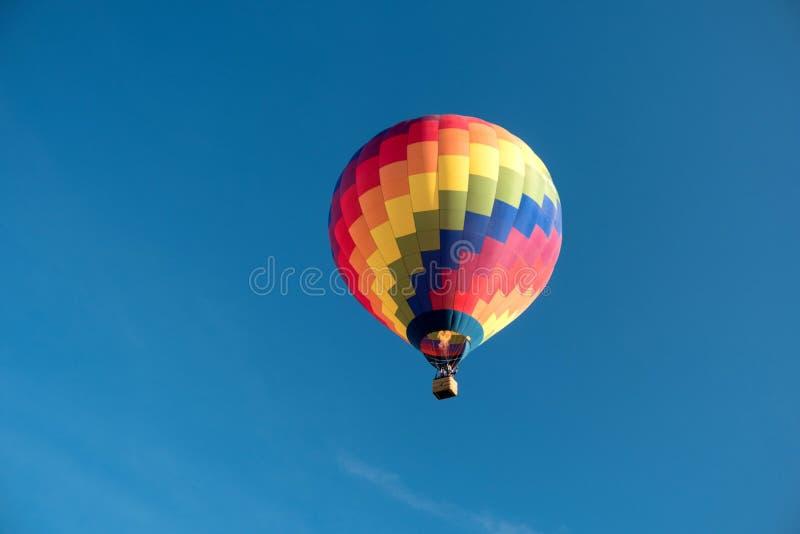 一个起动的五颜六色的热空气气球 免版税库存照片