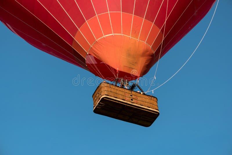 一个起动的炽热气球 免版税库存图片