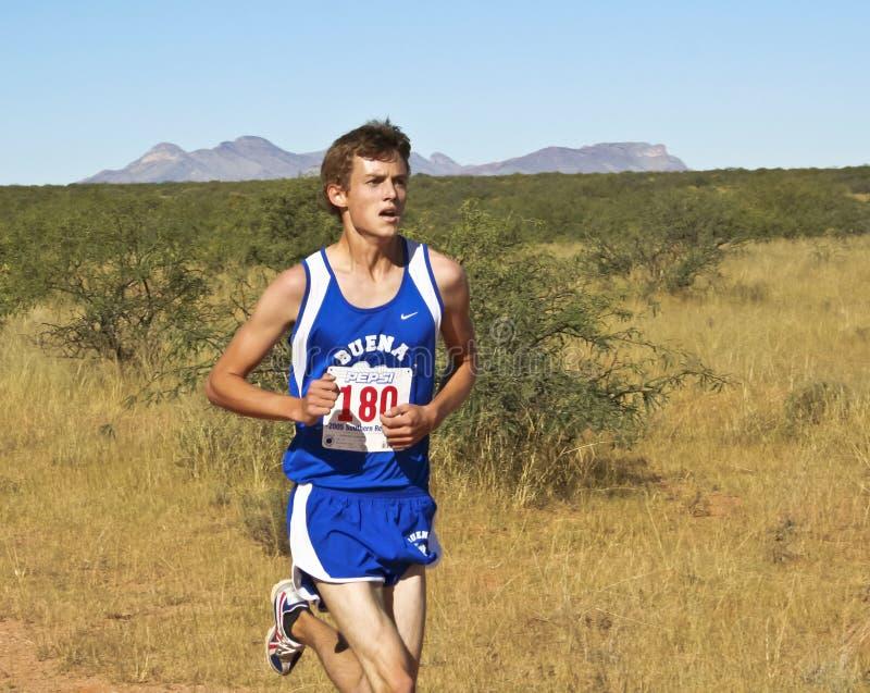一个越野赛跑者举办沙漠路线 免版税图库摄影
