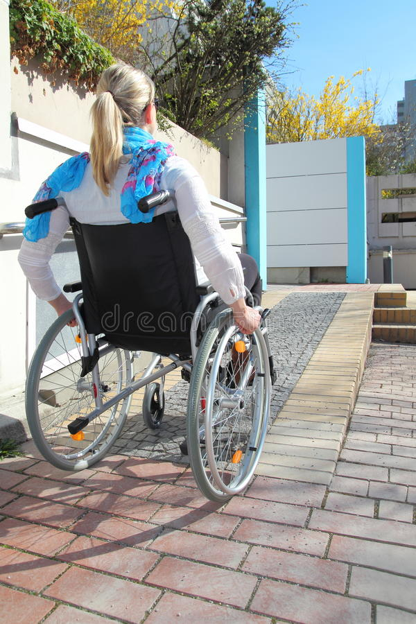 一个轮椅的妇女在轮椅舷梯 免版税库存照片