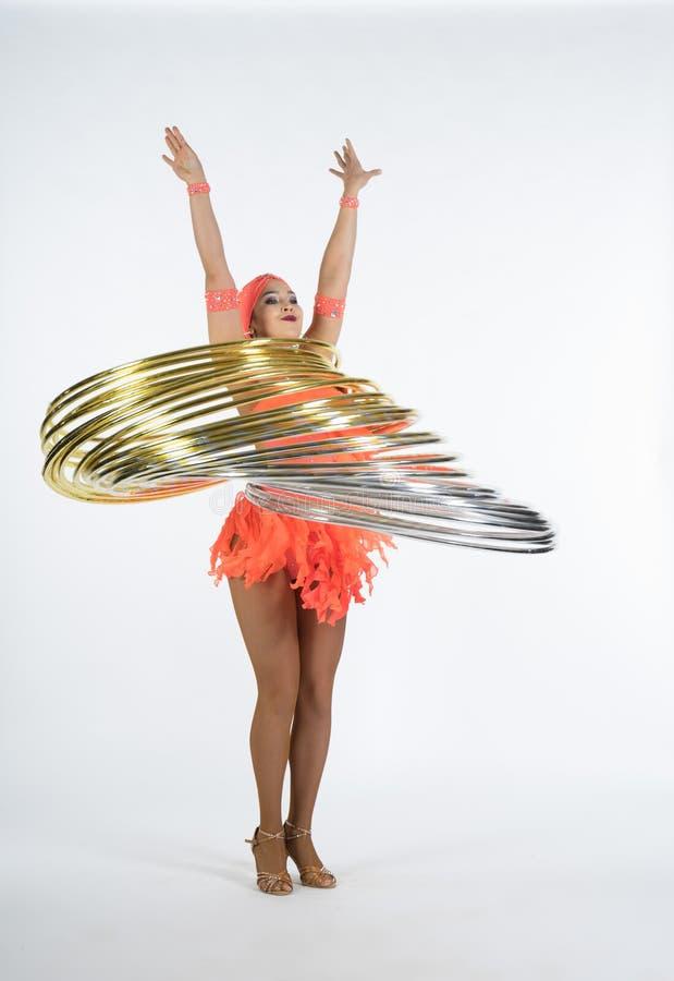 一个迷人的女孩执行马戏元素与hula箍 免版税库存照片