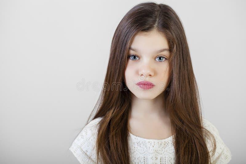 一个迷人的深色的小女孩的画象 库存照片