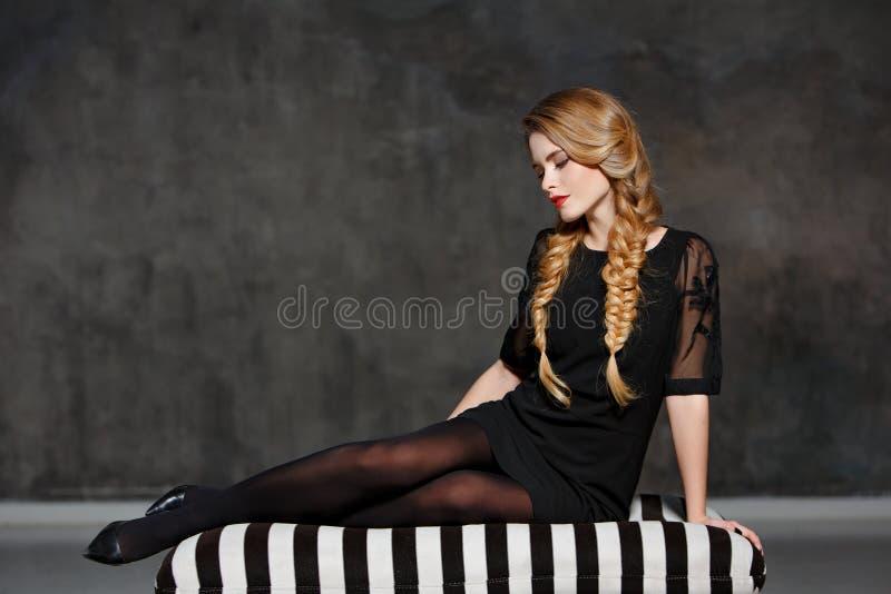一个迷人的美丽的女孩的画象有猪尾的和明亮 免版税库存图片